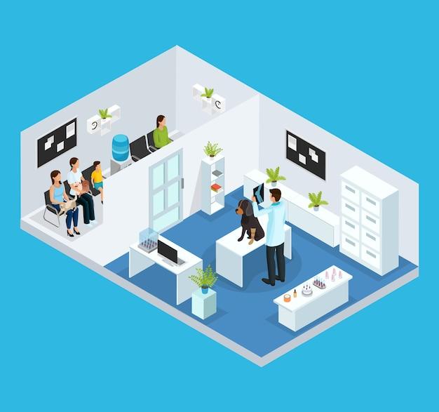 Izometryczna koncepcja kliniki weterynaryjnej z kolejką ludzi ze swoimi zwierzętami i weterynarzem badającym psa w szafce na białym tle