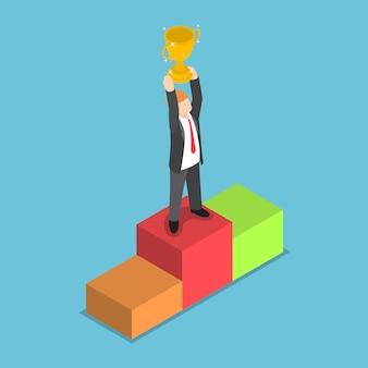 Izometryczne biznesmen stojąc na piedestale i trzymając trofeum