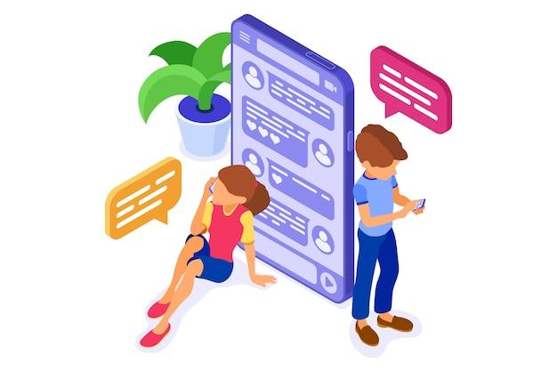 Izometryczne czaty z facetami i dziewczynami w sieciach społecznościowych wysyłają wiadomości, zdjęcia, filmy, rozmowy za pomocą smartfona.