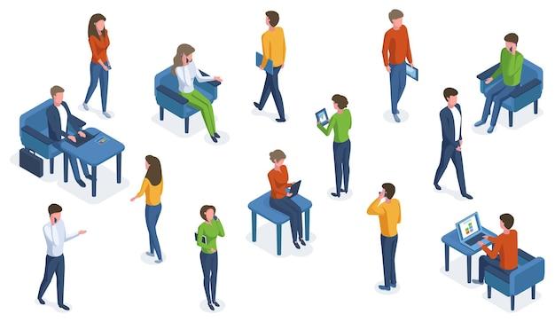 Izometryczne ludzie z gadżetami. postacie biurowe pracujące ze smartfonami, laptopami i tabletami wektor zestaw ilustracji. ludzie biznesu i gadżety. ludzie biuro izometryczne, praca osoby person