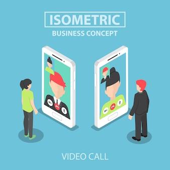 Izometryczny biznesmen wykonać rozmowę wideo ze swoim kolegą na smartfonie