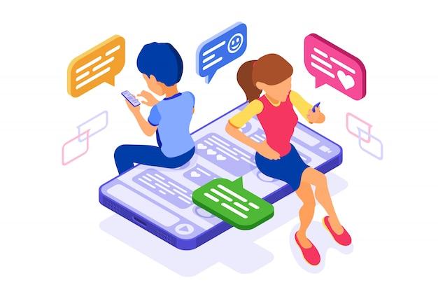 Izometryczny czat z facetem i dziewczyną w sieciach społecznościowych wysyła wiadomości, zdjęcia selfie, rozmowy telefoniczne za pomocą smartfona. randki online przyjaźń wirtualne relacje. nastolatki są uzależnione od nowych technologii internetowych