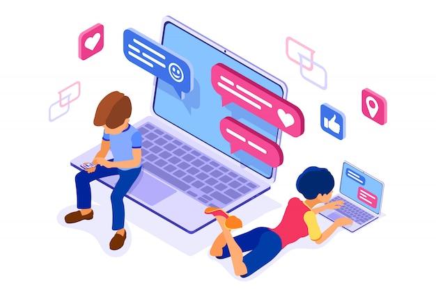 Izometryczny czat z facetem i dziewczyną w sieciach społecznościowych wysyła wiadomości, zdjęcia, selfie, rozmowy za pomocą laptopa i telefonu. randki online przyjaźń uwielbiam wirtualne relacje nastolatków uzależnione od technologii internetowych