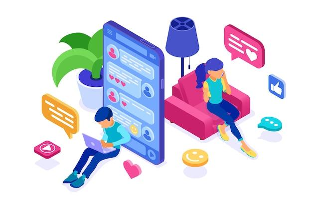 Izometryczny czat z facetem i dziewczyną w sieciach społecznościowych wysyła wiadomości, zdjęcia, selfie, rozmowy za pomocą laptopa i telefonu