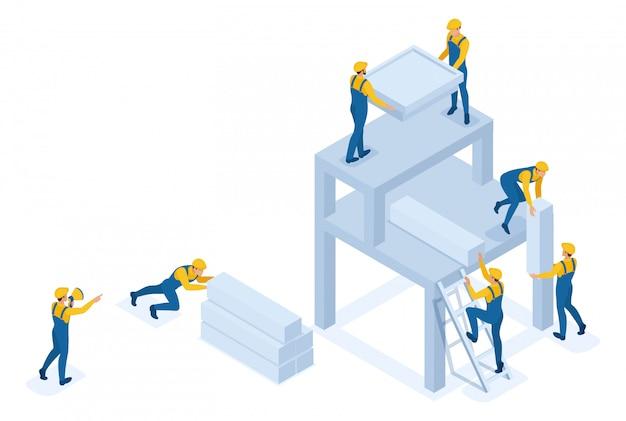 Izometryczny zespół budowniczych tworzy budynek, pracownicy pomagają sobie nawzajem.