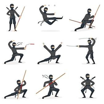 Japoński zabójca ninja w pełnym czarnym kostiumie, wykonujący postawy sztuk walki ninjitsu z różnymi rodzajami broni zestaw ilustracji.