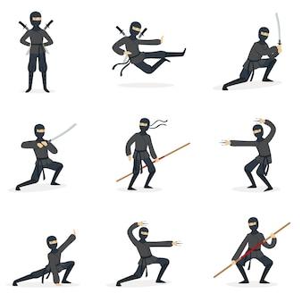 Japoński zabójca ninja w pełnym czarnym kostiumie, wykonujący postawy sztuk walki ninjitsu z różnymi seriami broni.