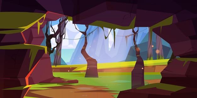 Jaskinia w skale w lesie dżungli z górami