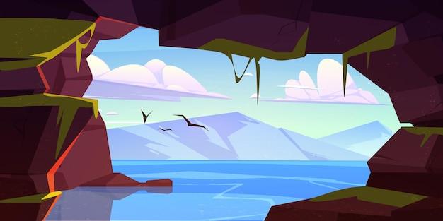 Jaskinia w skale z widokiem na jezioro i góry