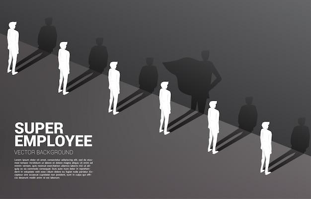 Jeden z silhouette biznesmenów i jego cień superbohatera. koncepcja wzmocnienia potencjału i zarządzania zasobami ludzkimi