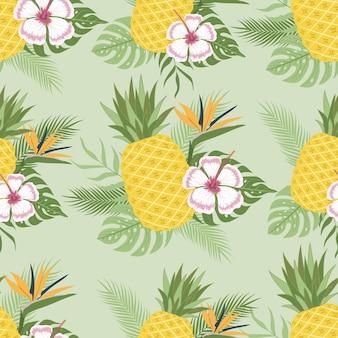 Jednolity wzór świeżych owoców ananasa tle przyrody z tropikalnymi liśćmi i pięknymi kwiatami