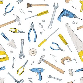 Jednolity wzór z ręcznymi i zasilanymi narzędziami do naprawy i konserwacji domu. tło z urządzeniami do rękodzieła rozrzucone na białym tle. realistyczne ilustracji wektorowych do papieru do pakowania.