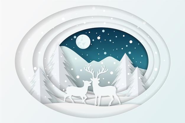 Jeleń ze śniegiem w lesie i księżyc w pełni na niebie.