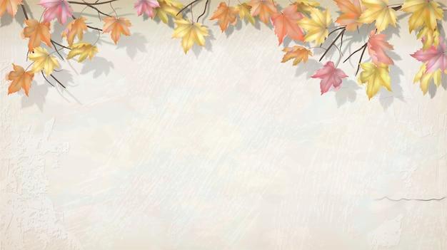 Jesień gałąź z liśćmi klonu na ścianie ozdobnej tynku