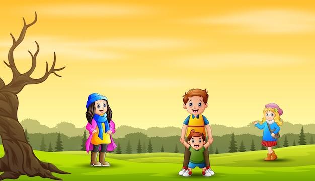 Jesień krajobraz tło z szczęśliwą rodziną