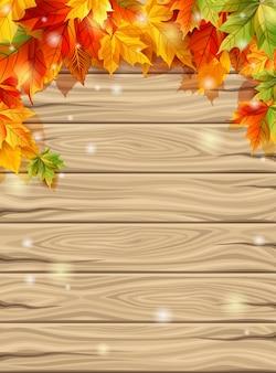 Jesień liście na tle drewnianych desek tło, klon.