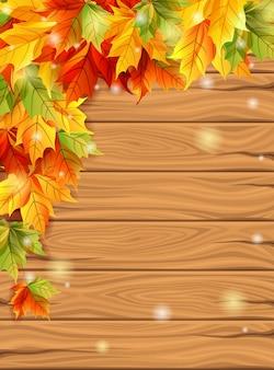 Jesień liście na tle drewnianych desek tło