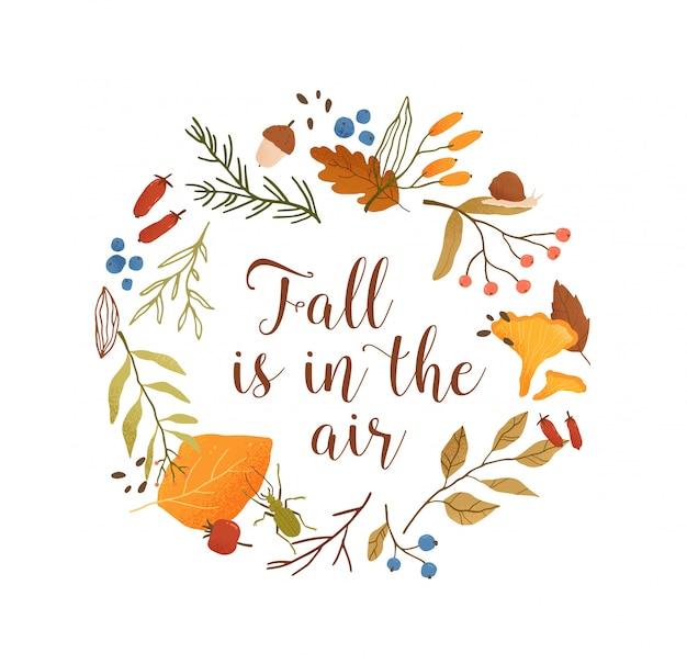 Jesień sezon koło botaniczne rama płaski szablon. liście i gałęzie okrągłe obramowanie z kompozycją typografii. jesień jest w powietrzu. ulistnienie, jagody leśne i ilustracja grzybów