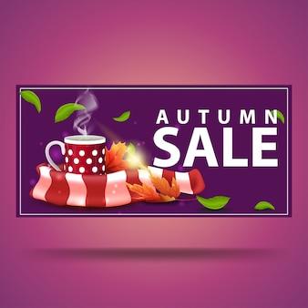 Jesienna wyprzedaż, fioletowy sztandar z rabatem z kubkiem gorącej herbaty i ciepłym szalikiem