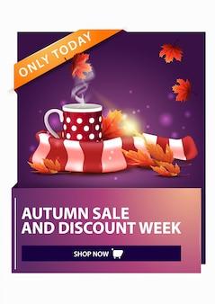 Jesienna wyprzedaż, rabat pionowy baner internetowy z kubkiem gorącej herbaty i ciepłym szalikiem