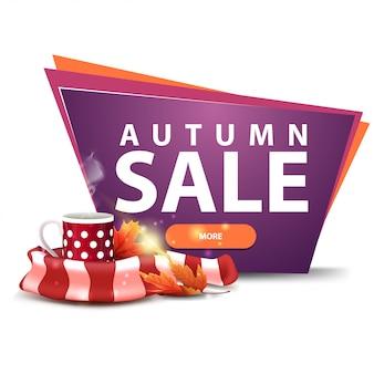 Jesienna wyprzedaż, transparent ze zniżkami z guzikiem, kubek gorącej herbaty i ciepły szal