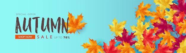 Jesienna wyprzedaż transparentu wektorowego zdobi liście klonu na jasnoniebieskim tle