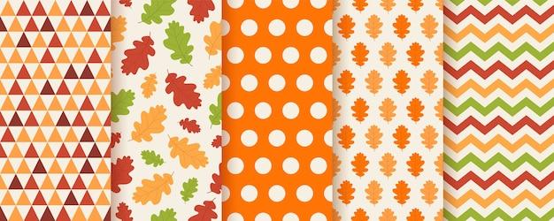 Jesienny wzór z jesiennymi liśćmi dębu, kropkami, zygzakiem i trójkątem. ustaw sezonowe tekstury geometryczne.