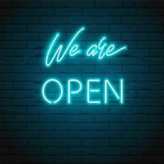 Jesteśmy napisem open z jasnym świecącym neonem dla znaku na drzwiach sklepu, kawiarni, baru lub restauracji, klubu, jasnej reklamy nocnej. ilustracja typograficzna. świecąca nocna reklama zewnętrzna, wewnętrzna.
