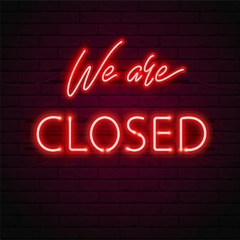Jesteśmy zamknięte świecąca czerwona neonowa czcionka, świetlówki na tle ceglanego muru. ilustracja znaku na drzwiach sklepu, kawiarni, baru lub restauracji. jasna typografia.