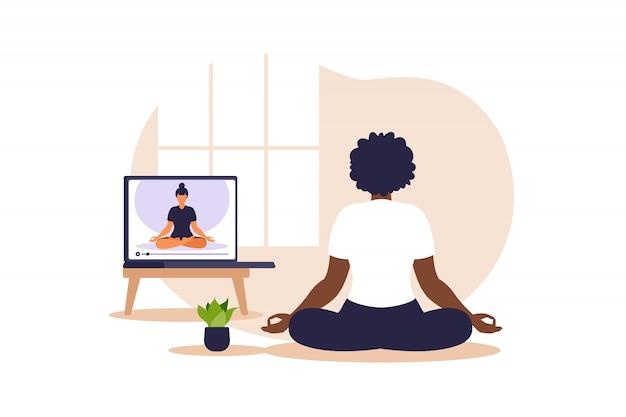 Joga online koncepcja z afrykańską kobietą robi ćwiczenia jogi w domu z instruktorem online. wellness i zdrowy styl życia w domu. kobieta robi ćwiczenia jogi. ilustracja.