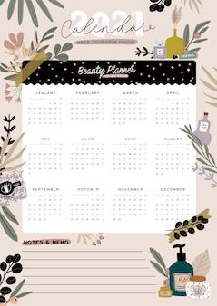 Kalendarz ścienny. planer roczny 2021 ze wszystkimi miesiącami. organizator i harmonogram dobrej szkoły. śliczne tło kwiatowy i kosmetyczne. cytat motywacyjny napis