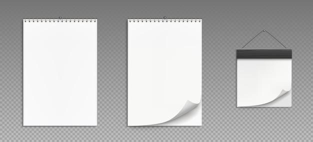 Kalendarze ścienne ze spiralą i drewnianą ramą na przezroczystym tle. realistyczny kalendarz do odrywania, planner biurowy z białego papieru lub notatnik wiszący na ścianie