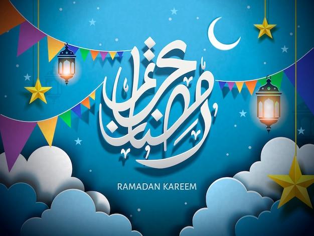 Kaligrafia arabska na ramadan kareem, z papierowymi chmurami i kolorowymi flagami, białe słowa