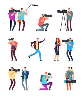 Kamerzysta dziennikarz. ludzie nadają w telewizji. kamerzyści z kamerą i dziennikarze z mikrofonami. znaki ekipy prasowej