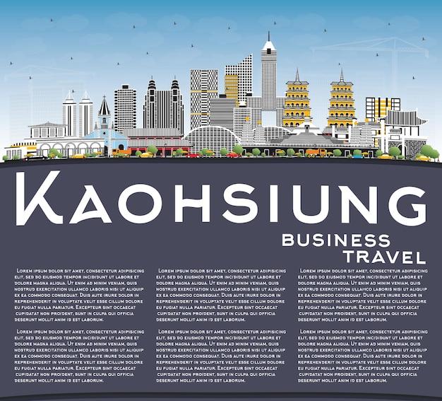 Kaohsiung tajwan panoramę miasta z szarymi budynkami, błękitne niebo i przestrzeń do kopiowania