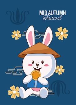 Karta świętowania połowy jesieni z królikiem jedzącym ciasteczka i kwiatami