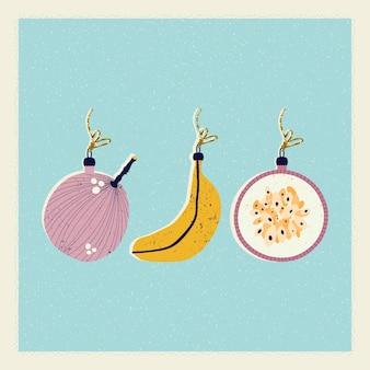 Kartka bożonarodzeniowa i noworoczna z ozdobami choinkowymi w postaci banana i fig