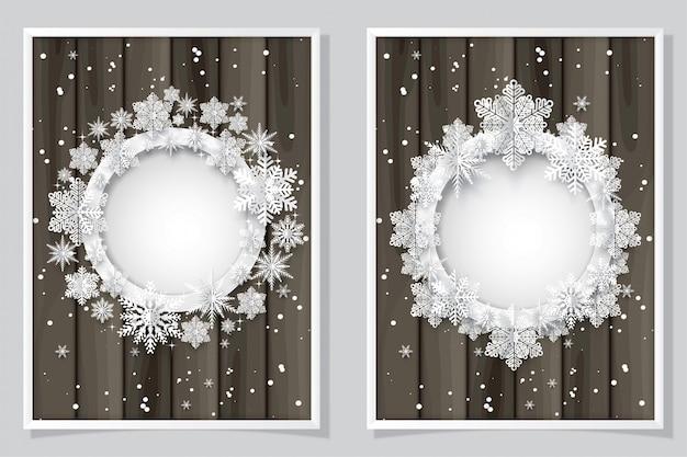 Kartka bożonarodzeniowa z papierowym płatka śniegu okręgiem kształtuje na drewnianym.