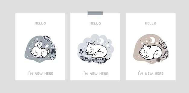 Kartka ze zwierzątkami w dziurze dla noworodka lub chłopca. karty kroków dziecka. witam jestem tu nowy