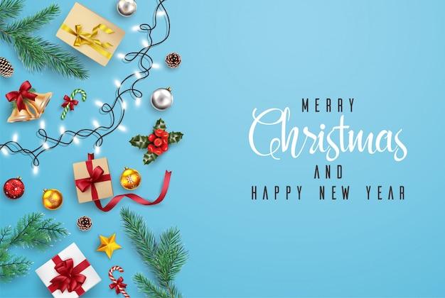 Kartkę z życzeniami świąt i szczęśliwego nowego roku kompozycja elementów z ozdób choinkowych.