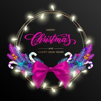 Kartkę z życzeniami świątecznymi na wesołych świąt z realistycznym kolorowym wieńcem z gałęzi sosny, ozdobionym bożonarodzeniowymi lampkami, złotymi gwiazdkami, napisem