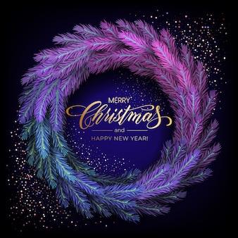 Kartkę z życzeniami świątecznymi na wesołych świąt z realistycznym kolorowym wieńcem z gałęzi sosny, ozdobionym świątecznymi lampkami, złotymi gwiazdkami, płatkami śniegu