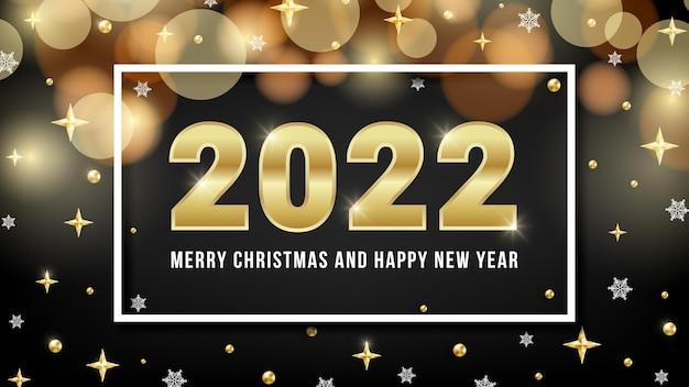 Kartkę z życzeniami wesołych świąt i szczęśliwego nowego roku 2022 błyszczący design ze złotymi cyframi, bokeh, złotymi koralikami, gwiazdami i płatkami śniegu na czarnym tle. ilustracja wektorowa dla sieci web, baner bożonarodzeniowy.