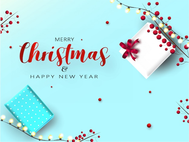Kartkę z życzeniami wesołych świąt i szczęśliwego nowego roku z pudełkami prezentowymi z góry, czerwonymi jagodami i girlandą oświetleniową ozdobioną na niebiesko.