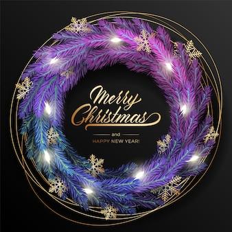 Kartkę z życzeniami wesołych świąt i szczęśliwego nowego roku z realistycznym kolorowym wieńcem z gałęzi sosny, ozdobionym bożonarodzeniowymi lampkami, złotymi gwiazdami