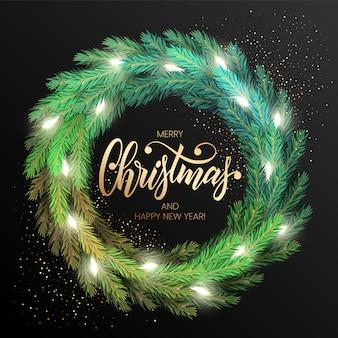 Kartkę z życzeniami wesołych świąt z realistycznym kolorowym wieńcem z gałęzi sosny, ozdobionym bożonarodzeniowymi lampkami. nowoczesny napis wesołych świąt w kolorze złotym