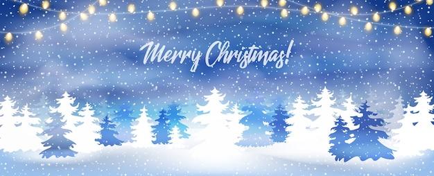 Kartkę z życzeniami z zaśnieżonym lasem sosnowym i świątecznymi światłami