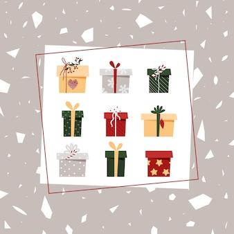Kartki świąteczne z pudełka na szarym tle. pocztówka noworoczna w kwadracie.