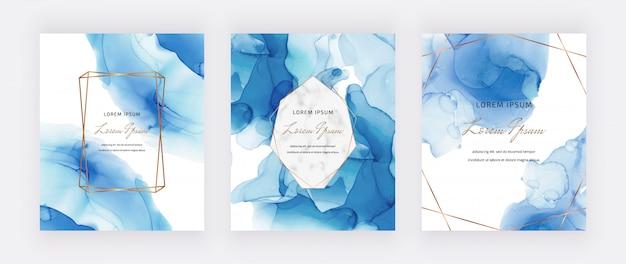 Karty z niebieskim atramentem alkoholowym z marmurowymi i złotymi wielokątnymi ramkami. streszczenie ręcznie malowane tła. płynne malowanie artystyczne.