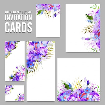 Karty zaproszenia z purpurowymi i niebieskimi kwiatami.